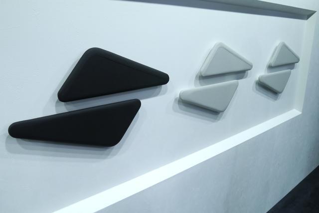 画像: 左から CX-8 のナッパレザー(レッド)、CX-8 のナッパレザー(ホワイト)、CX-5 のナッパレザー(ホワイト)の順にレザー素材を展示。CX−5 と CX-8 のレザーの質感の違いを間近で見て触れて体感できる。