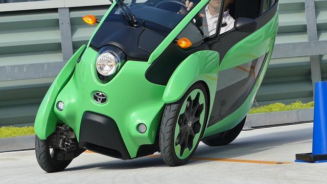 画像: トヨタ i-ロードは左右前輪が異なる動きをすることによって車体を傾ける。