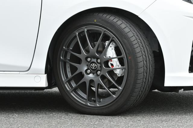 画像: パワーアップに合わせて、ローダウンした専用チューニングサスと前4/後2ポット対向ブレーキキャリパーをおごり、意のままに操る走りを実現。タイヤはブリヂストンのPOTENZA RE050A(205/45R17)を装着。