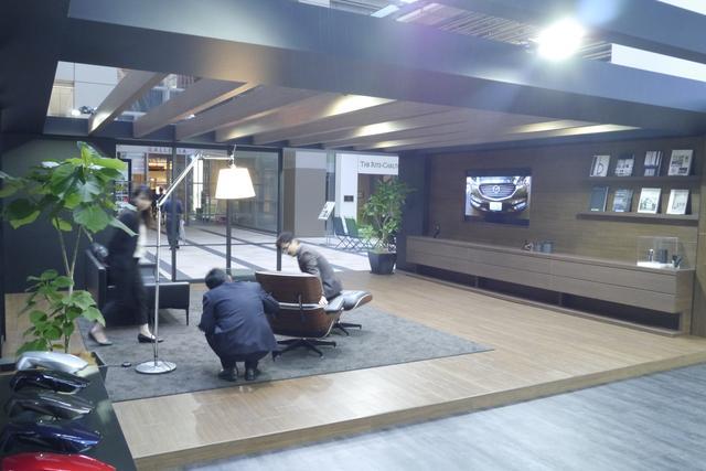 画像: 「 TIMELESS EDGY」を表現した部屋のような空間が。マツダの世界観を表現するひとつのツールとして CX-8 がある、というイメージだ。