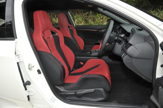 画像: 専用設計の前シートは内臓ワイヤーで大きな面を作り高速旋回時の前後左右Gからドライバーをサポート。