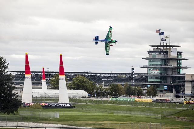 画像: インディアナポリスのコントロールタワーやスタンドをバックに、コースを攻める室屋選手。
