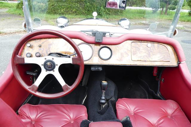 画像: インパネ。足を前に投げ出す独特なドライビングポジションになる。座席は固定式。左ハンドル。