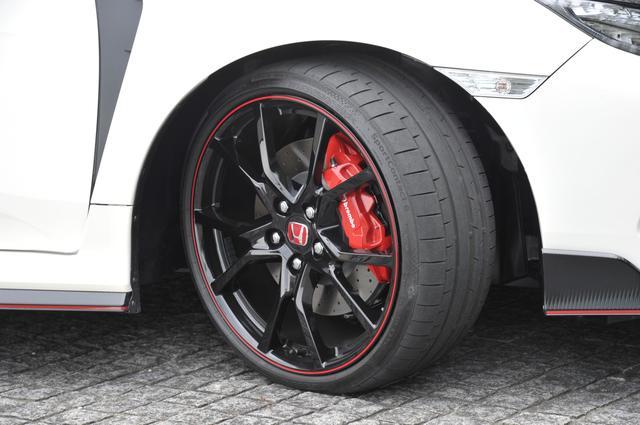 画像: 専用の20×8.5Jホイールにコンチネンタルのスポーツコンタクト6(245/30ZR20)を履く。前ブレーキはブレンボ製対向4ポット。