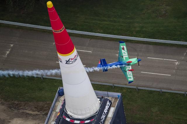 画像: インディアナポリスのサーキット上に、緑と青のファルケンカラーの機体が映える。