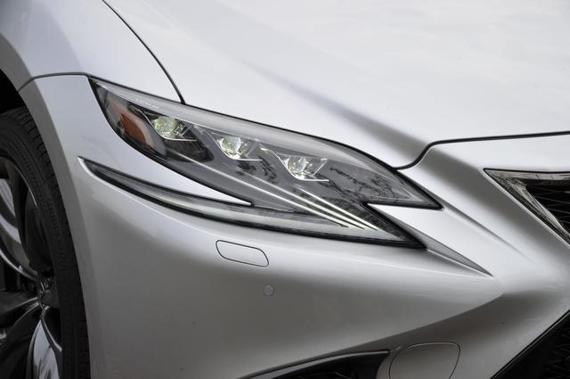 画像: 3連ヘッドランプとL字型のクリアランスランプ、流れるウインカーなど灯火類はフルLEDを採用している。