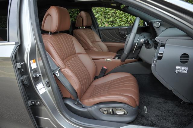 画像: エグゼクティブパッケージのフロントシート。もちろん本革でフル電動アジャスト。
