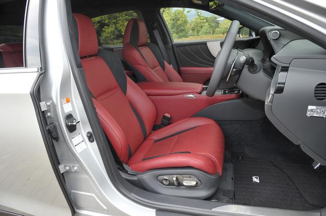 画像: Fスポーツのシートは専用のサポートの良いタイプ。色使いもスポーティ。