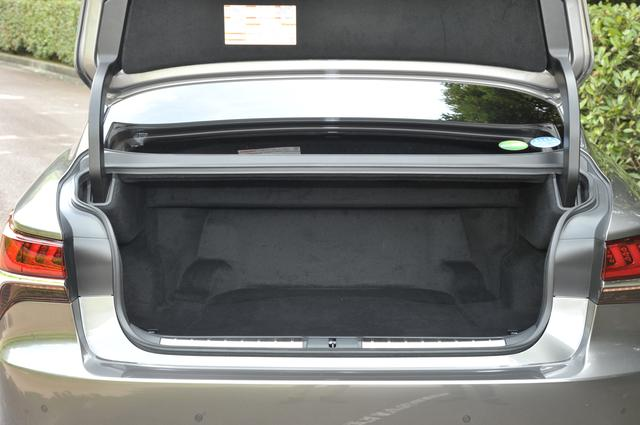 画像: トランク容量は写真のLS500hで430L、LS500で480L(いずれもリアエアコンなし)と、従来型より少し狭くなったが広さに不満はない。