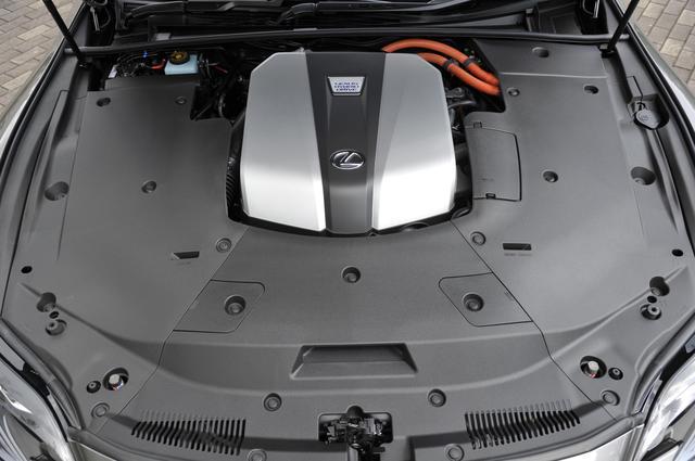 画像: LS500hは3.5LのV6+モーターのハイブリッド。いずれも、カバーに覆われてエンジン本体はほとんど見えない。