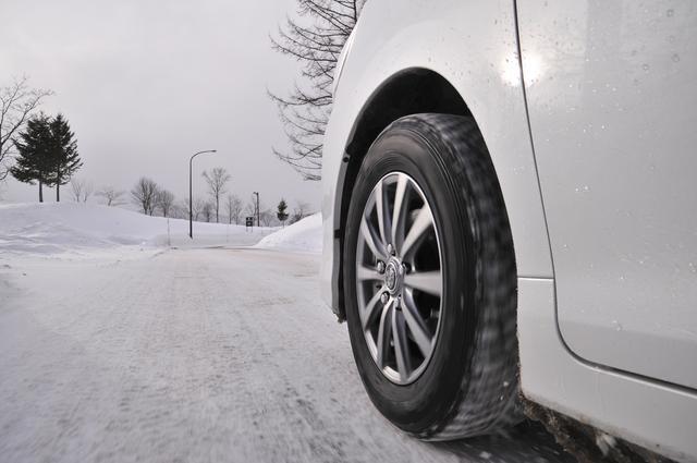 画像: 古いスタッドレスタイヤだとゴムが硬くなり、まだ山があっても新品時のパフォーマンスが望めないことも…。