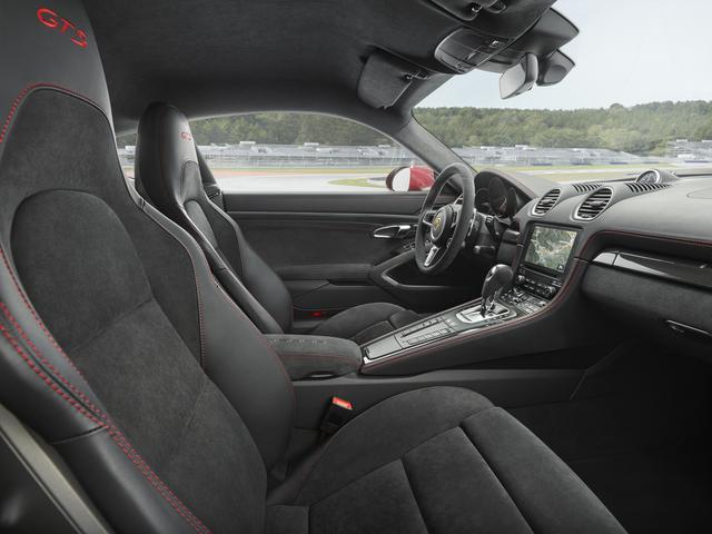 画像: アルカンターラのスポーツシートを標準装備する。