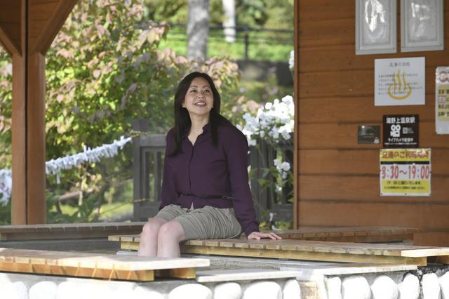 画像: 「湯野上温泉駅」の隣にある足湯。うーん、熱めで気持ちいい! 疲れだって取れちゃいます。