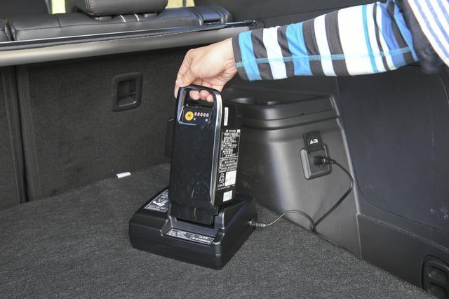 画像: アウトランダーPHEVなら、100VのAC電源(1500W)が使えます。だから電動アシスト自転車のバッテリーを充電しながら旅先に行くことだって可能なんです。