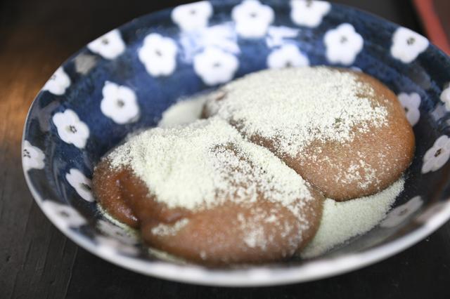 画像: 栃餅。トチの実を使ったお餅で、うぐいすきなこをかけて食べます。美味しい!