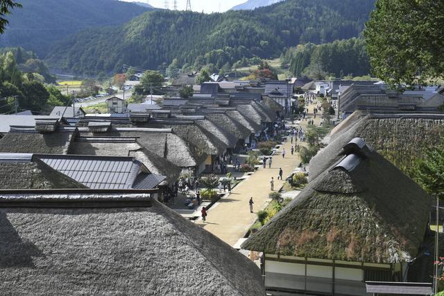 画像: こーんな感じでかやぶき屋根のお家が続く大内宿。3連休の最終日だったので、観光客も多かった!
