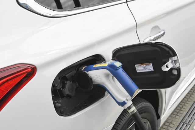 画像: 充電口はボディ右側にあります。左側は100/200Vの普通充電、右側は急速充電です。