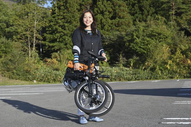 画像: じつはコレ、折りたたみ式の電動アシスト自転車なんです。オートマチックモードなら約43kmもアシストしてくれます。