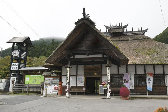 画像: 会津鉄道の「湯野上温泉駅」。全国でも珍しい、かやぶき屋根の駅舎なんです。