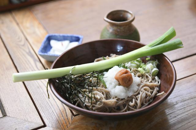 画像: 大内宿の名物「ねぎそば」。一本ねぎで食べるのがツウ、らしいんですが…。