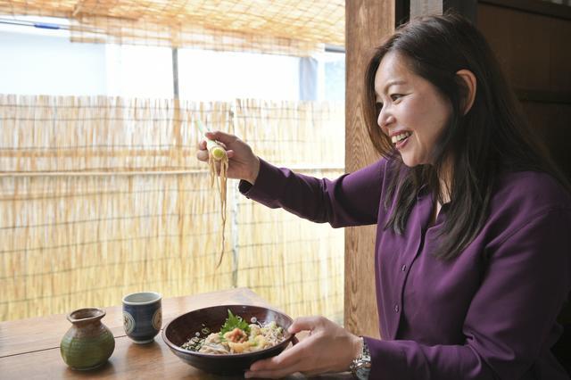 画像: いや、コレじゃなかなかすくえませんって。結局、お箸を使って食べました!