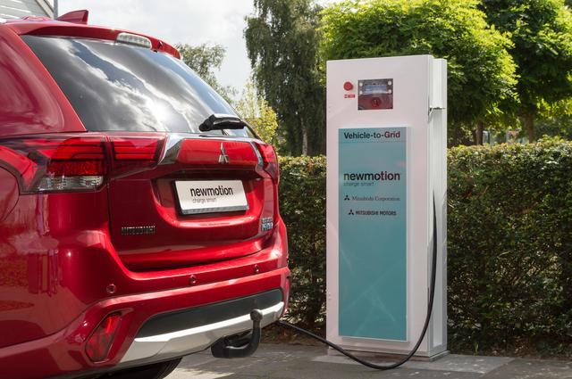 画像: NewMotion社の放充電用チャージャーとアウトランダーPHEV。