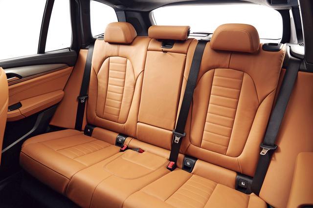 画像: X3のトップモデル、M40iだけに凝ったデザインの本革仕様インテリア。後席の実用性も、十分に高そうだ。