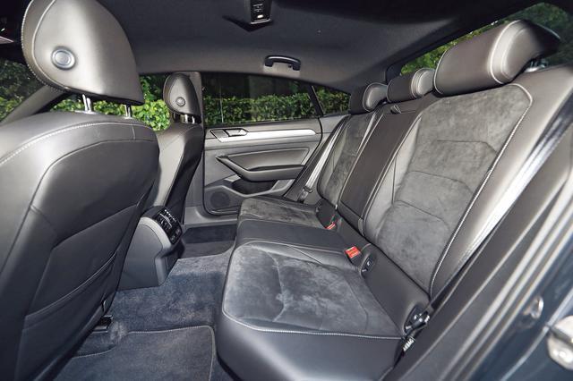 画像: アルテオンはファストバックデザインだが、後席まわりの空間はたっぷりと余裕があり、左右席の足下が十分に広いこともわかる。