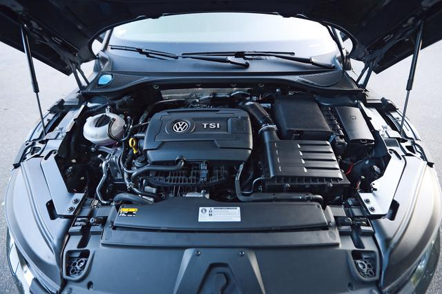 画像: アルテオンはドイツ本国でガソリンとディーゼル計6種類のエンジンラインナップする。この試乗車は最強版の280ps仕様の2.0TSI。ボンネットの開き方も要注目だ。