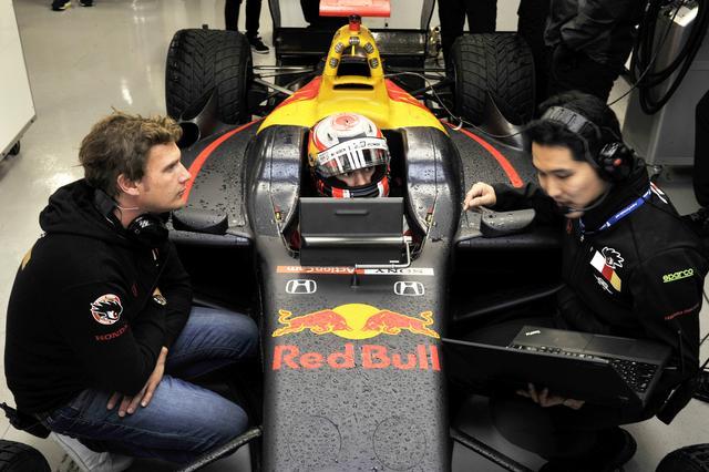 画像: メンタルトレーナーとレースエンジニアに囲まれるその様はすでにF1パイロット