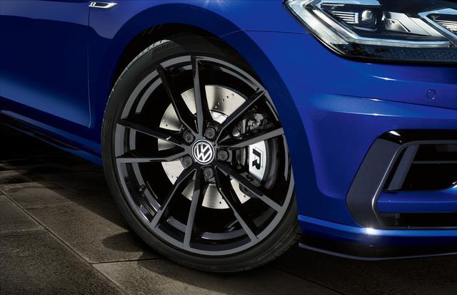 画像: ゴルフRパフォーマンスは専用デザインの19インチホイールと、235/35R19タイヤを装着。