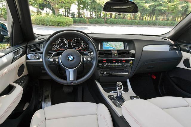 画像: xDrive 28i やxDrive35iなどは右ハンドル仕様だが、M40iだけは左ハンドル仕様となる点も特徴だ。