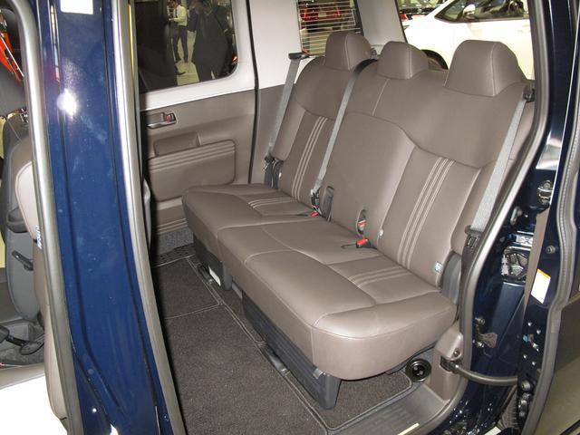 画像: 横への移動をしやすい合成皮革のシートが採用されている。