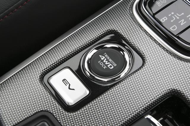 画像: セレクターレバー手前にある「EVプライオリティモード」のスイッチ。スイッチを押すだけで、エンジンを始動させずに静かで穏やかなエコ走行が持続できる。その上は「4WDロックモード」スイッチ。押すとドライブモードが変更になり、滑りやすい路面において優れた走破性を発揮する。