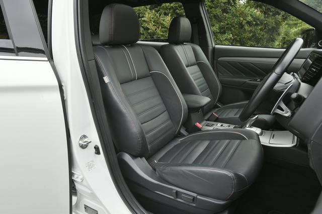 画像: Sエディションは専用の本革シートを標準装備。運転席/助手席にはシートヒータも装備する。