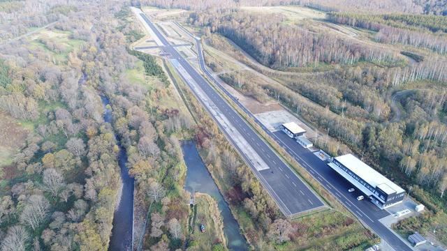 画像: 約1.2km×25mの総合試験路。右手前に見えるのが、作業や執務を行う業務棟。