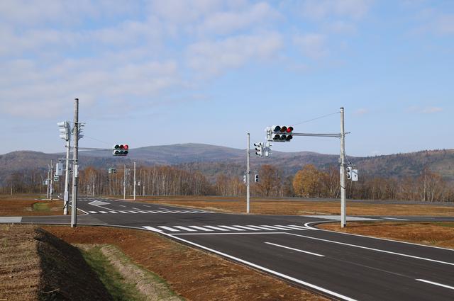 画像: 市街地路の交差点。建物が建っていれば、本物の町のように見えるだろう。