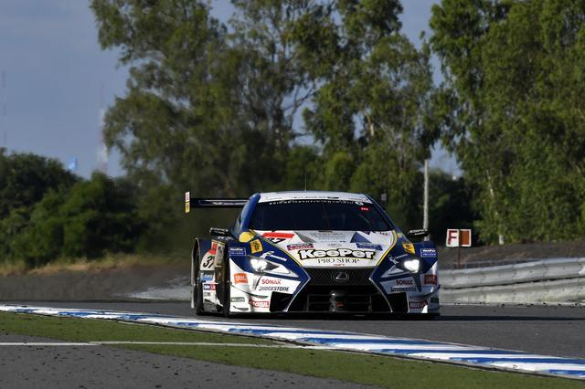 画像: 後続を尻目に、ドライバー交代後は独走態勢の37号車LC500