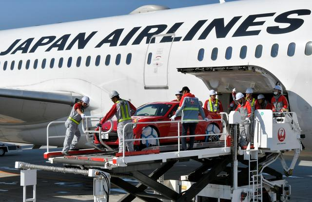 画像: タイトル写真に写っているWRXは撮影用車両だが、奥のBRZは実際に787に積載された。787はライバル機と比べ胴体が太いので、車両の輸送が可能になった。