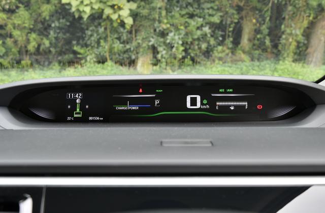 画像: メーターは左からマルチインフォメーションディスプレイ、パワー/チャージ、デジタルスピード、燃料を表示する。