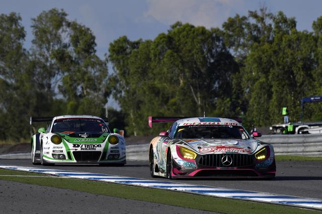 画像: 33号車Porscheが同一周回だと気づいた谷口信輝、これを抜き4号車AMGが再び2番手に浮上