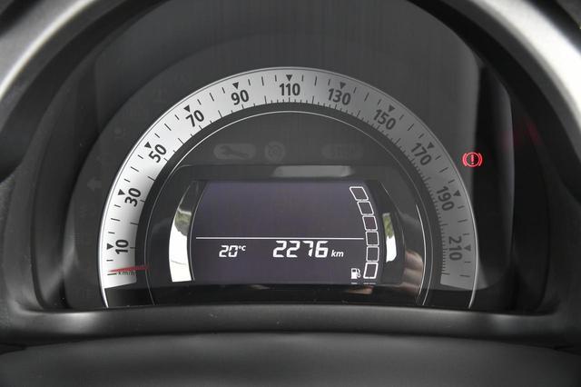 画像: 一眼タイプのメーター。中央のインフォメーションディスプレイには燃費や外気温などのほか、シフトアップ/ダウン表示もされる。