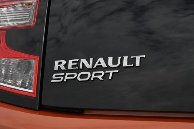 画像: リアには誇らしげに「RENAULT SPORT(ルノー・スポール)」のエンブレムが掲げられる。