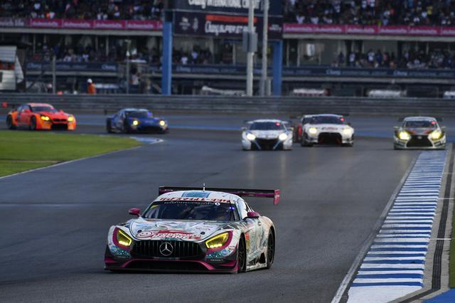 画像: トップは21号車R8の独走、2番手争いは4号車AMGが頭ひとつリード