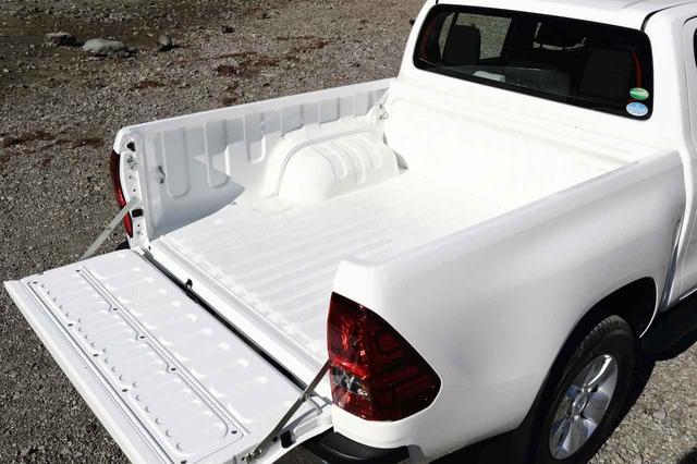 画像: 亜鉛メッキ鋼板を使用したサビに強い荷台の最大積載量は 500kg。テールゲートの高さは 845mm。
