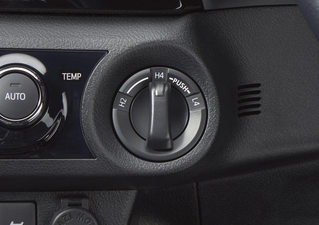 画像: 2WD、4WD(H2ーH4ーL4)の切り替えはワイパーレバー左下のダイヤルスイッチで行う。