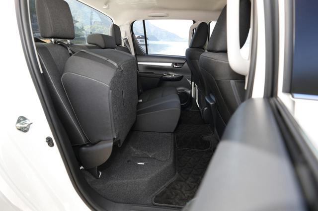 画像: 後席は座面が跳ね上げられるチップアップ機構を装備。ちょっと背が高いものを車内に積む時に便利。