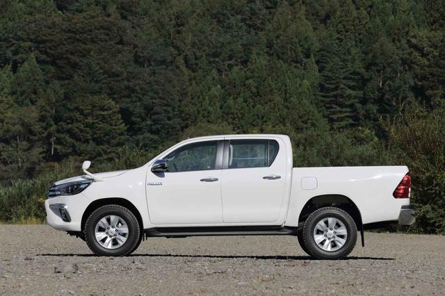 画像2: 全長 5m超、ホイールベース 3m超とどちらも日本車ではかなり長い。最小回転半径は 6.4m。