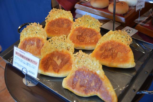 画像: 「辛口羽付き餃子パン」(250円)。