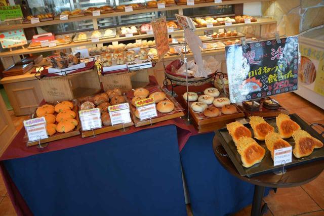 画像: PA内で焼き上げるパン類も大人気。